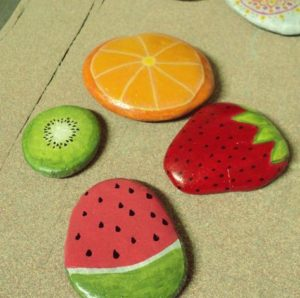 Galets-deco-peints-fruits