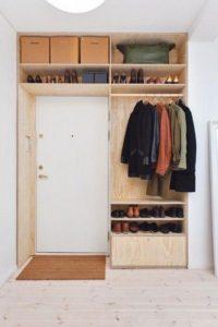 Decorer-une-petite-entree-rangements-optimise-autour-d-une-porte