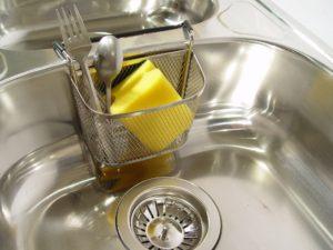 Nettoyer-evier-avec-le-citron