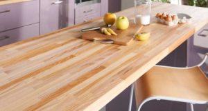 Nettoyer-plan-de-travail-et-planche-avec-du -citron