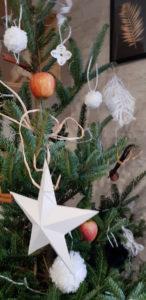 Eco-deco-sapin-naturel-detail-etoile-papier-flocons-laine