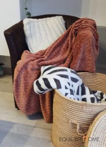 Isoler-son-logement-hiver-abordables-couverture-plaid-panier